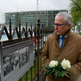 Udo Hahn legt zum 100. Geburtstag von Sophie Scholl in der Münchner Orleansstraße Blumen nieder. (holzmann/eat archiv)
